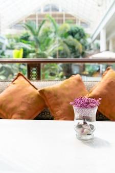 Mooie bloemen in glazen vaas Premium Foto