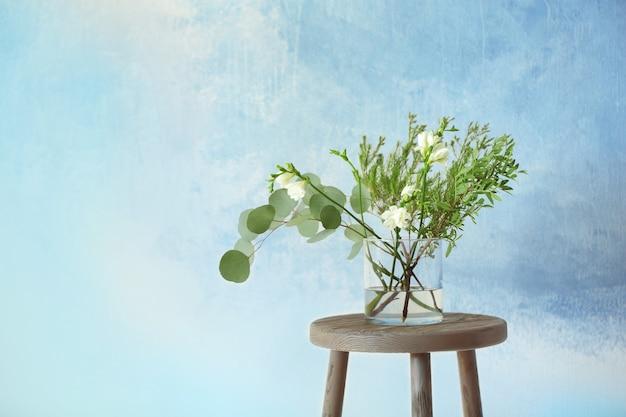 Mooie bloemen in vaas op lichte achtergrond