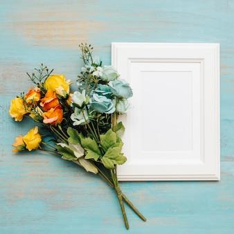 Mooie bloemen met wit kader voor tekst.
