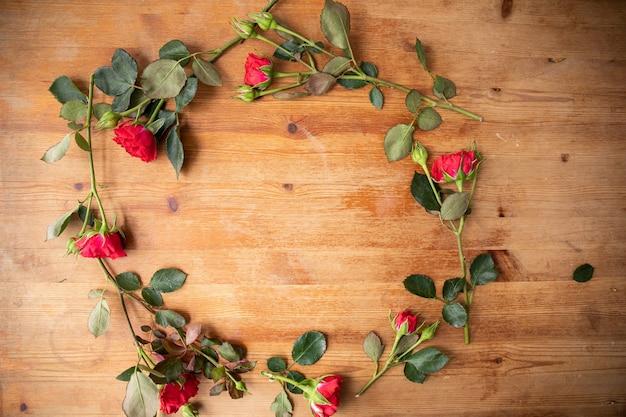 Mooie bloemen op de houten tafel. het werk van de bloemist. bloemen levering.
