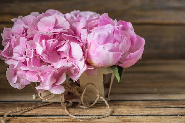 Mooie bloemen op houten tafel
