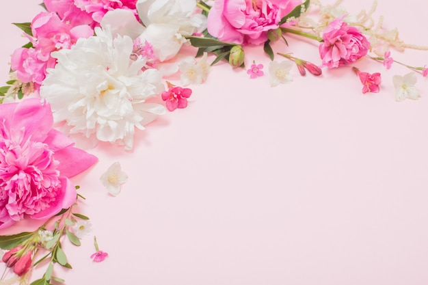 Mooie bloemen op roze papieren achtergrond