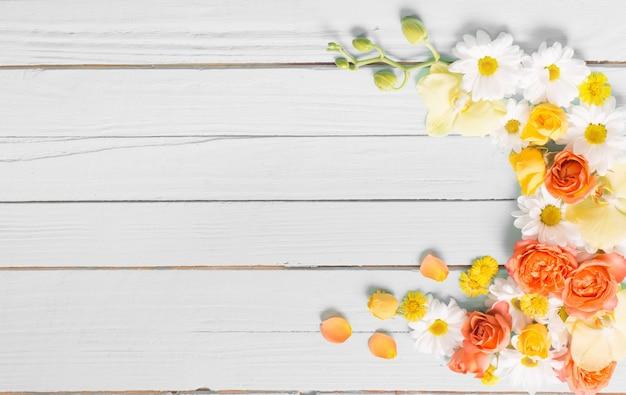 Mooie bloemen op wit houten oppervlak