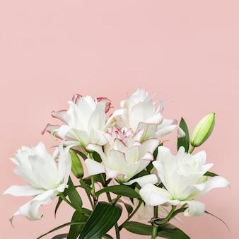 Mooie bloemen wenskaart met witte pioen lelie tedere bloem close-up