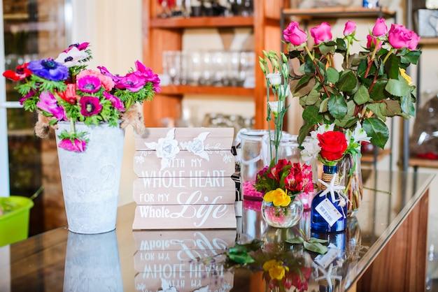 Mooie bloemen winkelteller met kleurrijke bloemen