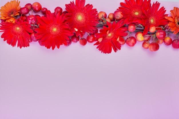 Mooie bloemenachtergrond, textuur, behang. flat-layred bloemen op roze achtergrond,