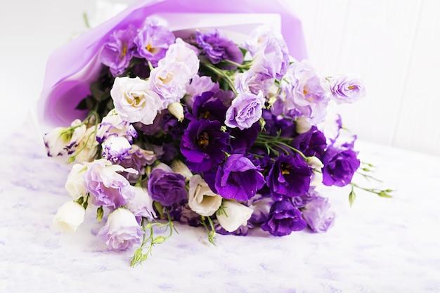 Mooie bloemenboeketmix van witte, paarse en violette eustoma.