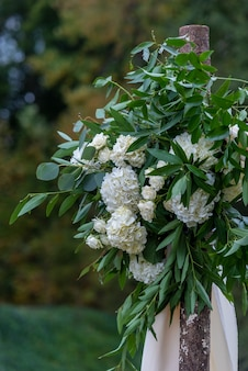 Mooie bloemendecoratie met witte bloemblaadjes in een trouwzaal