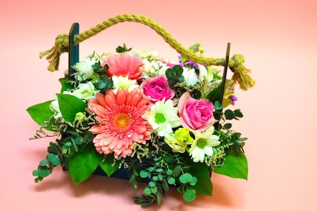 Mooie bloemenmand op een tafel. mooi boeket van kleurrijke bloemen