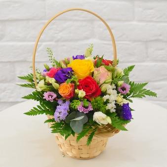 Mooie bloemenmand op een tafel