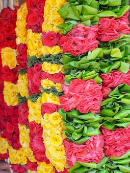 Mooie bloemenslingers voor hindoeïsme en boeddhisme religieuze ceremonie