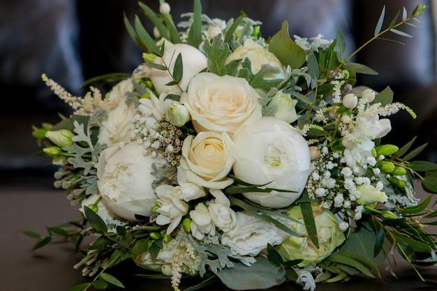 Mooie bloemsamenstelling van verse bloemen