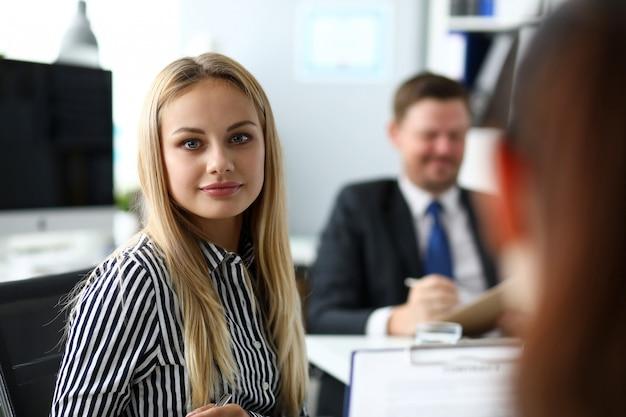 Mooie blonde bediende in office
