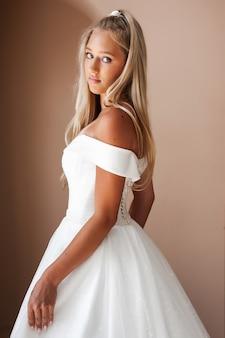 Mooie blonde bruid in een trouwjurk