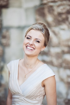 Mooie blonde bruid perfecte glimlach