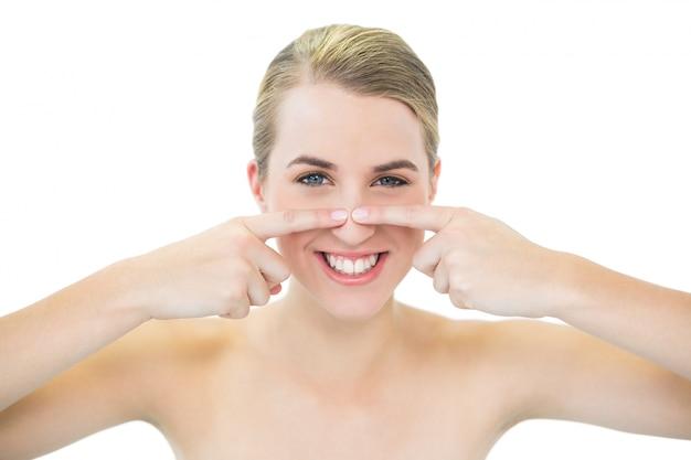 Mooie blonde dringende meeëter op haar neus