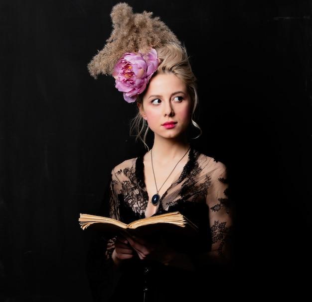 Mooie blonde gravin met een boek