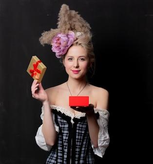 Mooie blonde gravin met een geschenkdoos