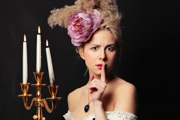 Mooie blonde gravin met kandelaar Premium Foto
