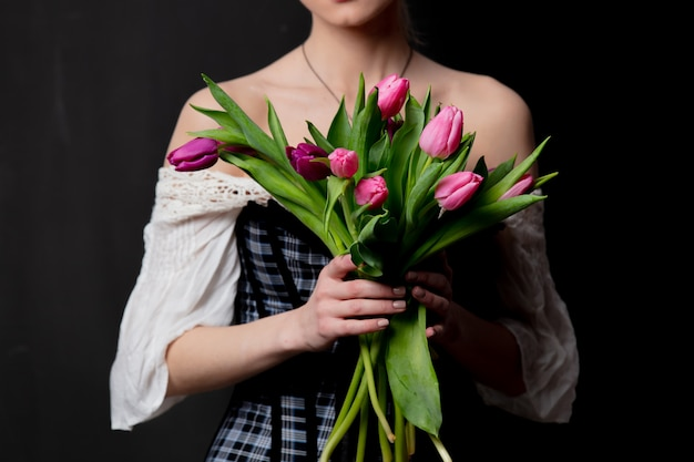 Mooie blonde gravin met tulpen