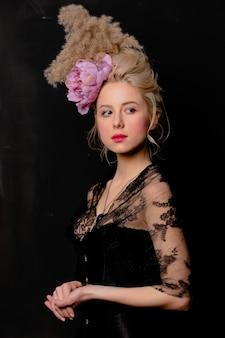 Mooie blonde gravin met vintage kapsel en korset