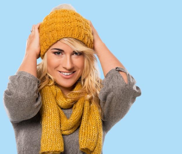 Mooie blonde in muts en sjaal