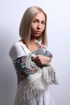 Mooie blonde jonge vrouw poseren