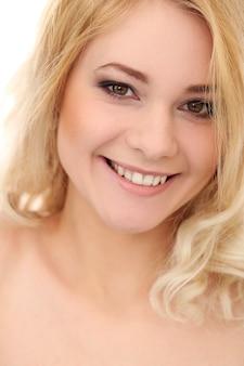 Mooie blonde met krullend haar