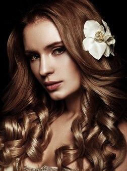 Mooie blonde met lang golvend haar.