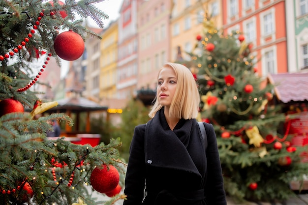 Mooie blonde op de kerstmarkt in wroclaw, polen