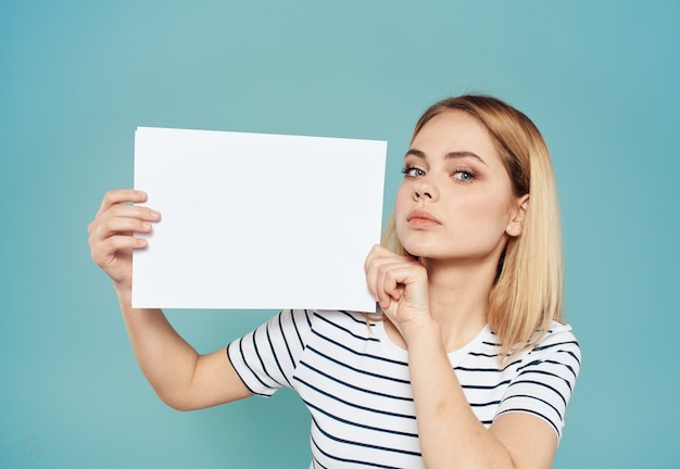 Mooie blonde op een blauw met een wit vel papier banner die positief adverteren