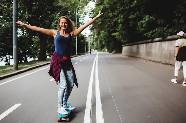 Mooie blonde schaatsen in het park