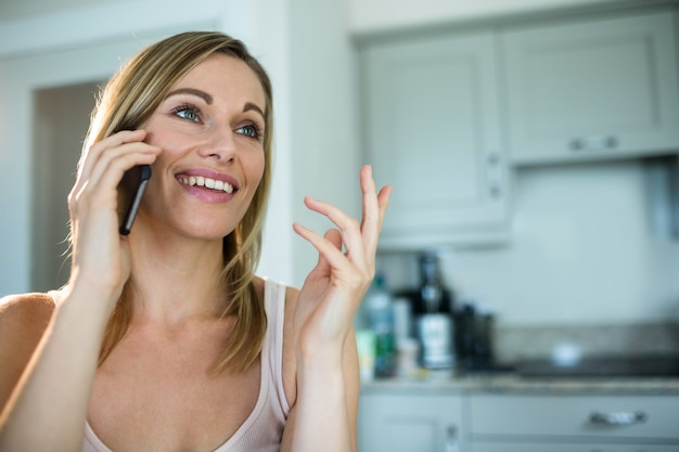 Mooie blonde vrouw aan de telefoon