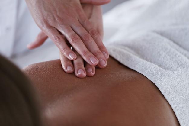 Mooie blonde vrouw die een massage ontvangt