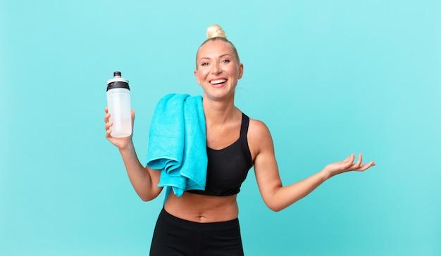 Mooie blonde vrouw die zich gelukkig en verbaasd voelt over iets ongelooflijks. fitnessconcept