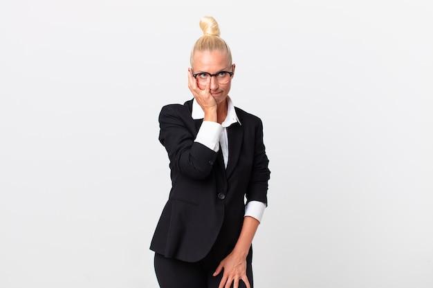 Mooie blonde vrouw die zich verveeld, gefrustreerd en slaperig voelt na een vermoeiende bedrijfsconcept
