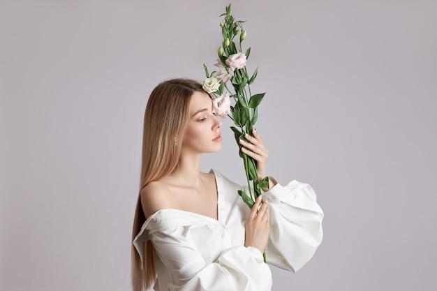 Mooie blonde vrouw in een wit overhemd
