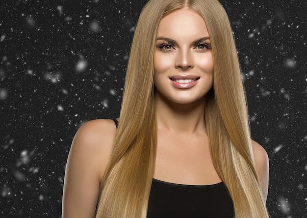 Mooie blonde vrouw kapsel lang glad krullend haar fashion make-up. studio opname.