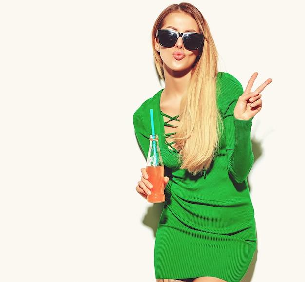 Mooie blonde vrouw meisje in casual hipster zomer kleding zonder make-up