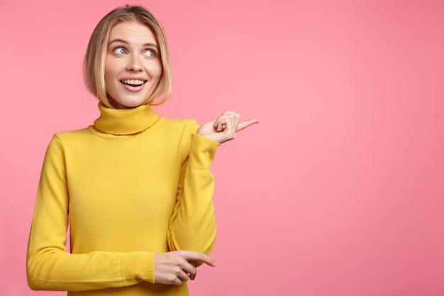 Mooie blonde vrouw met gele coltrui