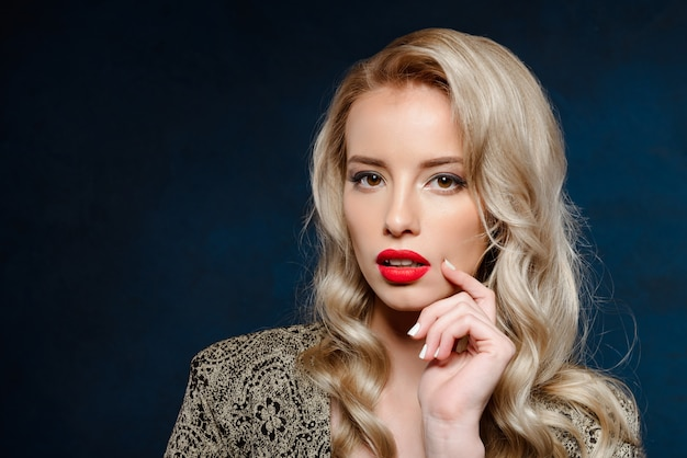 Mooie blonde vrouw met lichte make-up avond