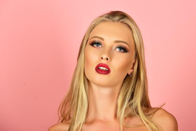 Mooie blonde vrouw met rode lippen en luxemake-up. mooi meisjesgezicht. portret sensuele vrouw.