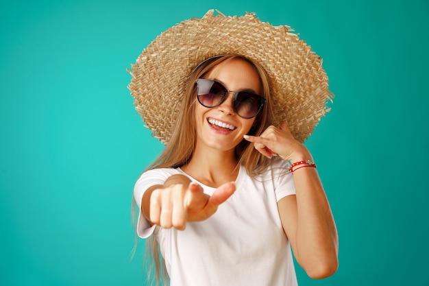 Mooie blonde vrouw model poseren in een strooien hoed
