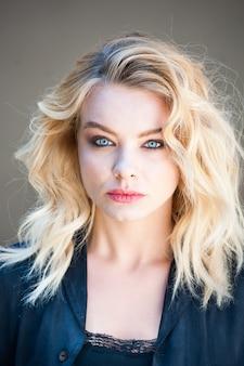 Mooie blonde vrouw portret