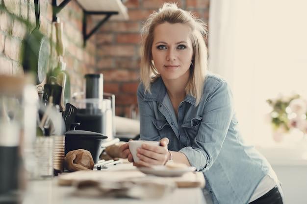 Mooie blonde vrouw thuis