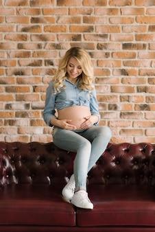 Mooie blonde zwangere vrouw