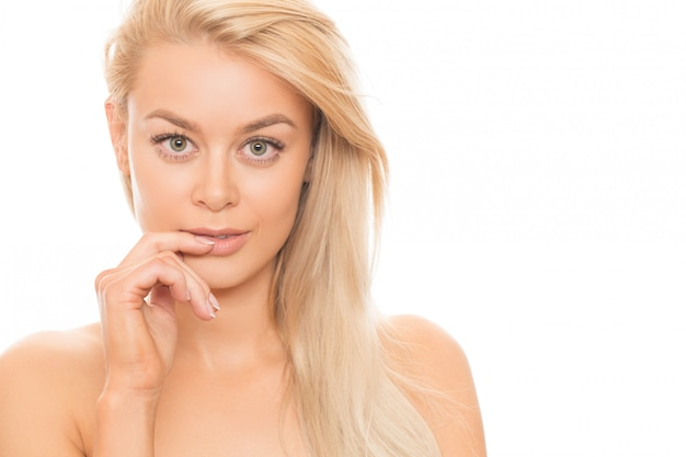 Mooie blondevrouw die op wit wordt geïsoleerd