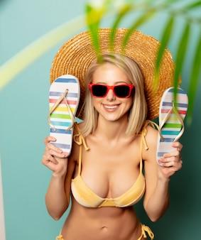 Mooie blondevrouw in bikini met wipschakelaars