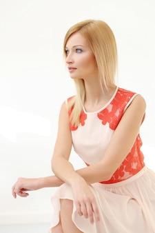 Mooie blondevrouw in kleding