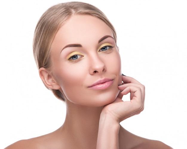 Mooie blondevrouw met heldere make-up